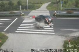 女子骑摩托玩手机被撞飞!!