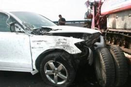 车祸也阻挡不了自拍狂了-女司机驾车自拍撞上收割机